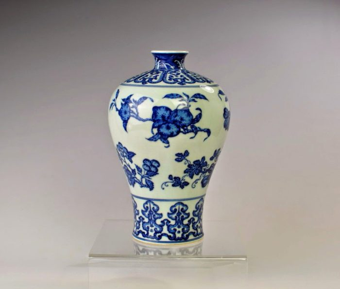 Mid-Qing Dynasty blue and white plumvase