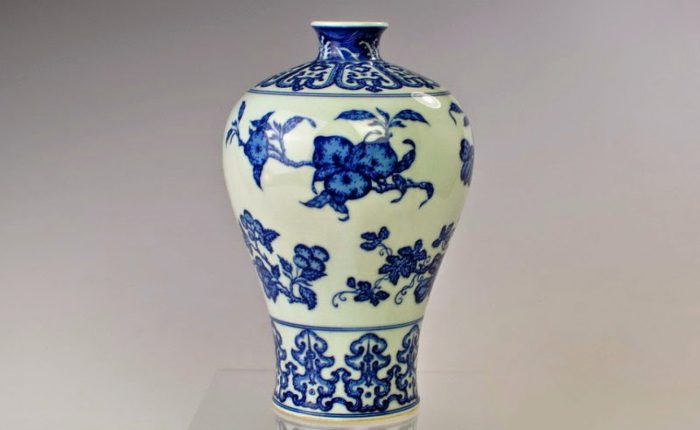 Mid-Qing Dynasty blue and white plum vase
